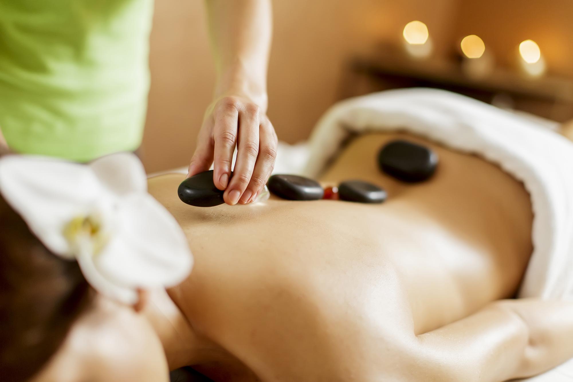 korawan-thaimassage-konstanz-frau-thai-hot-stone-massage-2000x1333