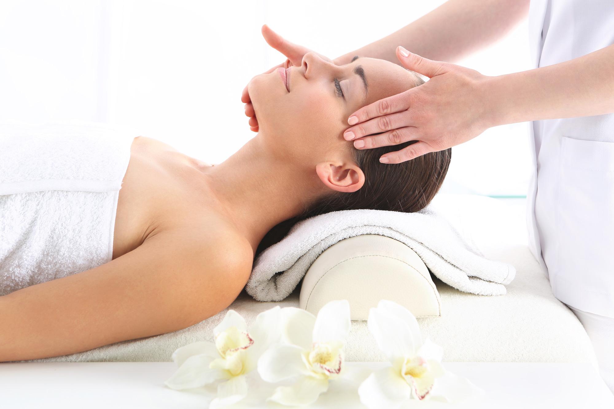 korawan-thaimassage-konstanz-frau-thai-kopf-nacken-schulter-massage-2000x1333