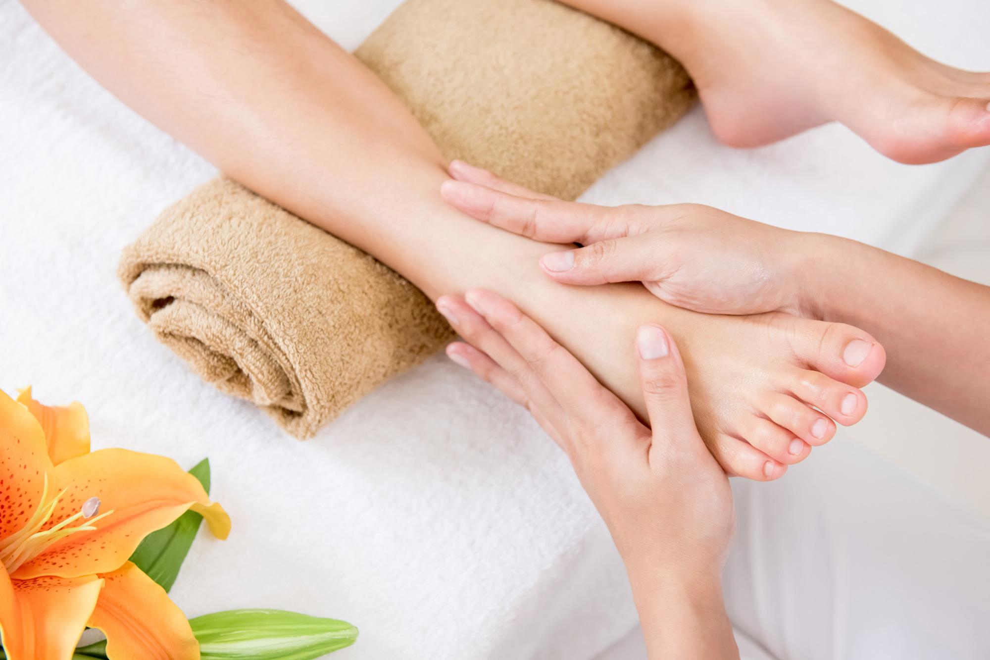 korawan-thaimassage-konstanz-frau-thailaendische-fussreflexzonen-massage-2000x1333