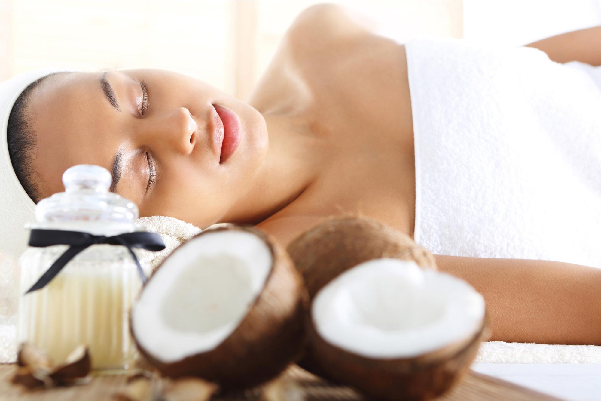 korawan-thaimassage-konstanz-frau-thailaendische-kokosnuss-oel-massage-2000x1333