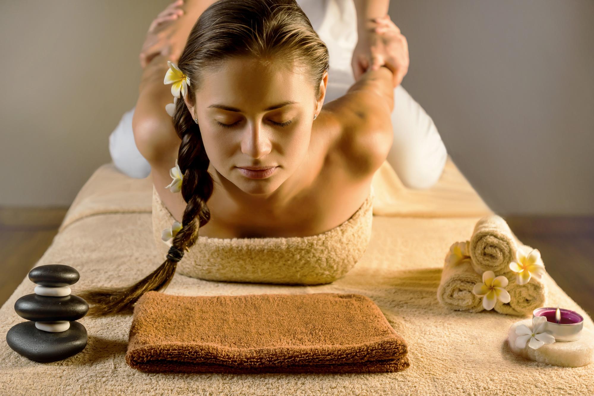 korawan-thaimassage-konstanz-frau-traditionell-thailaendische-massage-2000x1333